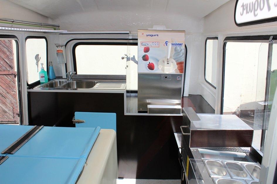 Mr Whippy Pinker Frozen Yogurt Truck Rollt Durch Berlin