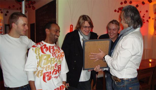 """2008: Dirk Grünstäudl überreicht dem plan b-Team """"seinen"""" Award"""