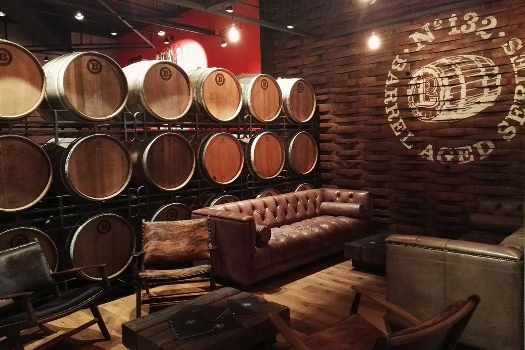 brauhaus lemke alex barrel lounge - gastronomie Neue Craft-Bier-Erlebniswelt mitten in Berlin: Brauhaus Lemke am Alex